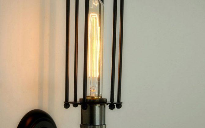 Svietidlo je v medenej farbe a je vhodné ako dekorácia do každej domácnosti2 670x420 - Historické nástenné svietidlo s rovnou klietkou