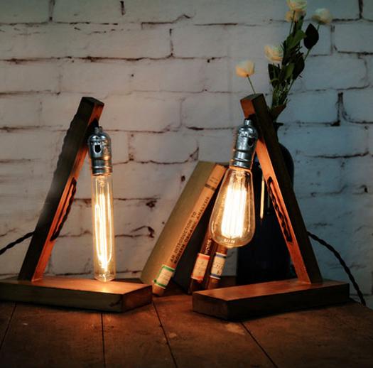 Historické stolové svietidlo v starodávnom štýle vyrobené z dreva určené na žiarovku typu E2712 - Historické stolové svietidlo v starodávnom štýle vyrobené z dreva