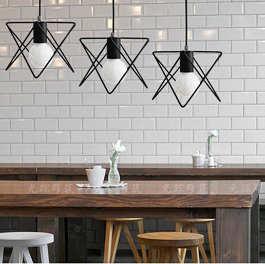 Svietidlo je unikátne vďaka kvalitnému kovovému materiálu a modernému prevedeniu ktoré neostane bez povšimnutia3 - Moderné kreatívne svietidlo v čiernej farbe