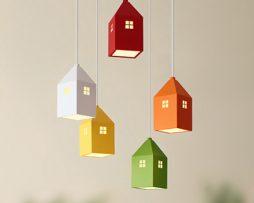 Detské závesné svietidlo v štýle farebných mini domčekov