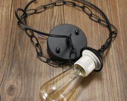 Historický stropný visiaci luster v čiernej farbe. Súčasťou tohto historického svietidla je závesné reťaz na ktorej svietidlo drží.