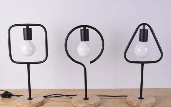 Svietidlo je zárukou obdivu vašej domácnosti alebo chalupy reštaurácie a pod. Toto starodávne stolové svietidlo sa nesie v historickom duchu a zaručí obdiv vo Vašej domácnosti 670x420 - Stolová lampa v tvare trojuholníka s dreveným podstavcom