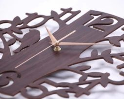 Originálne drevené nástenné hodiny.