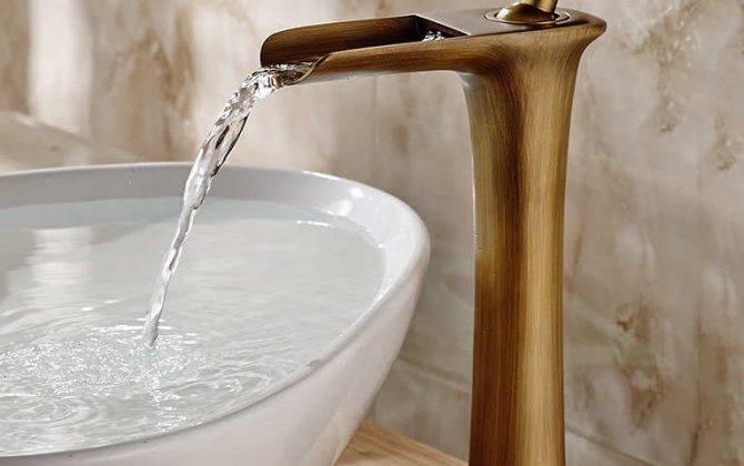 Moderná vysoká vodovodná batéria s vodopádom v niekoľkých prevedeniach