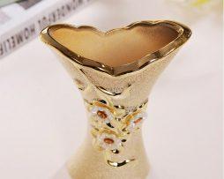 Elegantná porcelánová váza s kvetmi a kryštálikmi v zlatej farbe,.