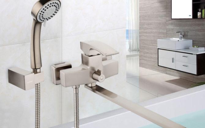 Moderná vaňová batéria s dlhým hrdlom a s ručnou sprchou