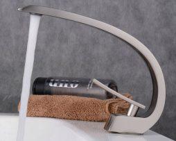 Moderná chrómová batéria s dlhým hrdlom na umývadlo