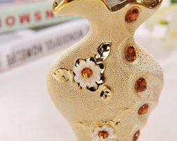 Luxusná porcelánová váza s kvetmi a kryštálikmi v zlatej farbe,