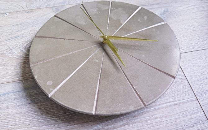 Ručne vyrobené nástenné hodiny - Golden concrete