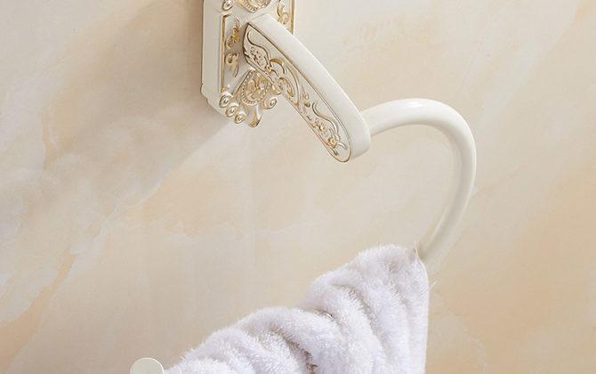 Starožitný prepracovaný držiak na uterák v bielej farbe . 2 670x420 - Starožitný prepracovaný držiak na uterák v bielej farbe