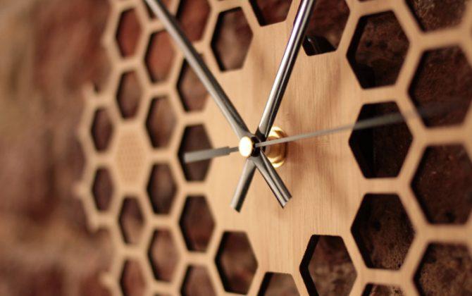 Jedinečné drevené nástenné hodiny v tvare medu . 670x420 - Jedinečné drevené nástenné hodiny v tvare medu