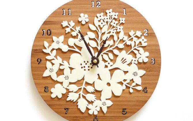 Retro kvetinové drevené nástenné hodiny