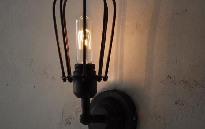 Historické nástenné svietidlo s okrúhlou klietkou na žiarovky typu E27 je svietidlo určené na stenu v rustikálnom vzhľade2 670x420 - Historické nástenné svietidlo s okrúhlou klietkou