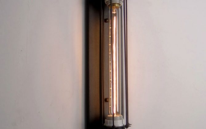 Historické rovné nástenné svietidlo s mriežkou2 670x420 - Historické rovné nástenné svietidlo s mriežkou
