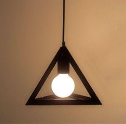 Svietidlo je vhodné do obývacej izby kuchyne jedálne spálne reštaurácie a pod121 - Historické závesné svietidlo Trojuholník v čiernej farbe