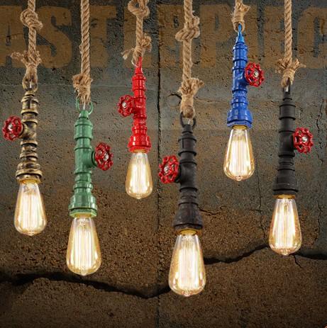 Svietidlo tvorí mohutný stropný držiak kabeláž vnútri hrubého skrúteného lana a objímka v tvare priemyselného potrubia - Kreatívne lanové závesné svietidlo v tvare priemyselného potrubia v zelenej farbe