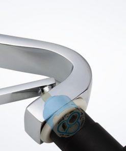 Dizajnová drezová a umývadlová batéria v chrómovej úprave