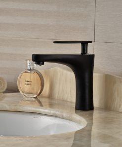 Dizajnová umývadlová stojanková batéria v čiernom spracovaní