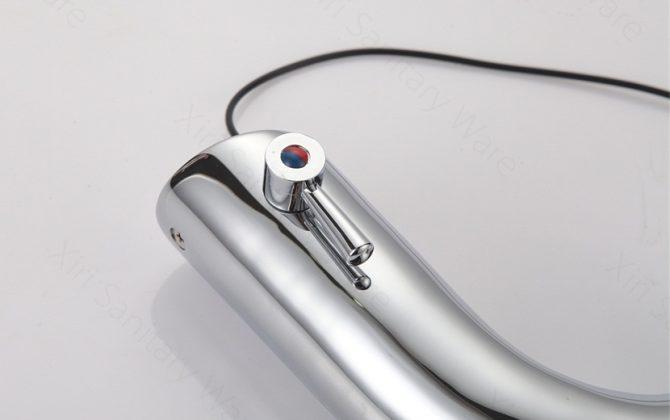 Bezdotyková vodovodná batéria s páčkou na ovládanie teploty
