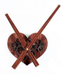 Retro drevené nástenné hodiny v tvare srdca