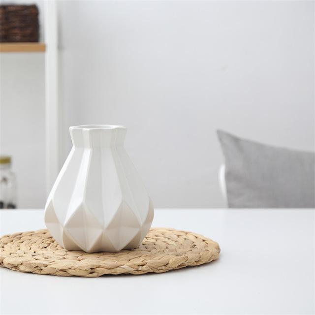 Elegantná porcelánová váza biela - Elegantná porcelánová váza v štyroch rôznych farbách, malá