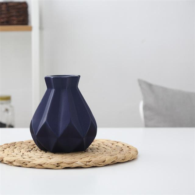 Elegantná porcelánová váza modrá - Elegantná porcelánová váza v štyroch rôznych farbách, malá