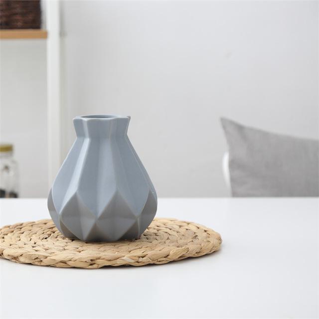 Elegantná porcelánová váza siva - Elegantná porcelánová váza v štyroch rôznych farbách, malá