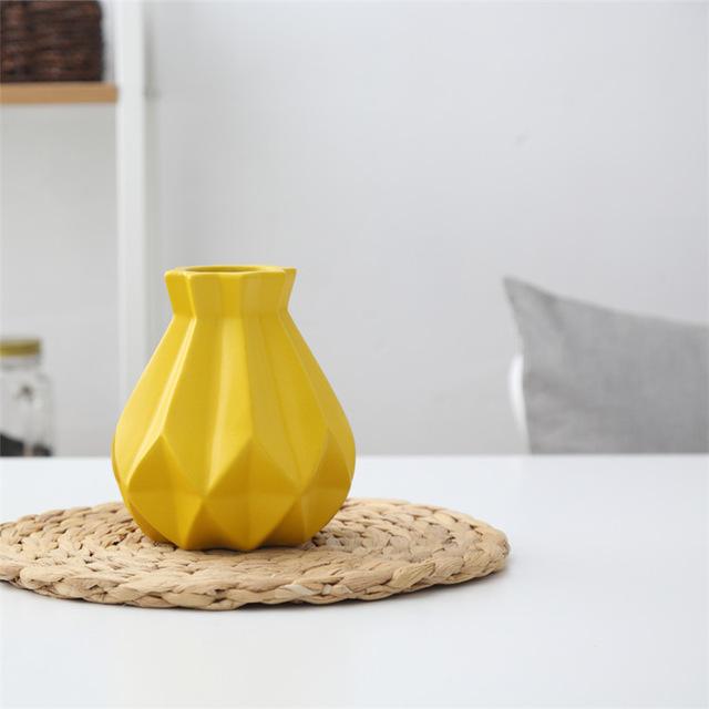 Elegantná porcelánová váza zlta 1 - Elegantná porcelánová váza v štyroch rôznych farbách, malá