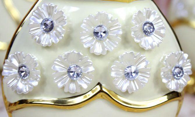 Luxusná porcelánová váza s kvietkami v bielo zlatej farbe 205 cm x 10 cm. 1 670x401 - Luxusná porcelánová váza s kvietkami v bielo-zlatej farbe, 20,5 cm x 10 cm