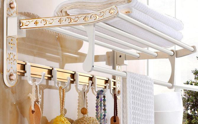 Elegantný držiak na uteráky s háčikmi do kúpeľne v zlato-bielej farbe