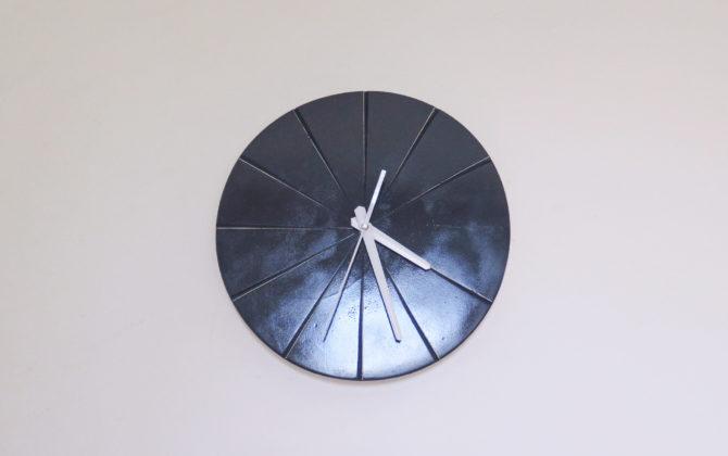 Ručne vyrobené nástenné hodiny - Antracit Nástenné hodiny - Antracit sú jedným z modernejších kúskov. Antracit ako farba je využívaný čoraz častejšie na farbu okien, dverí , stien či doplnkov. Antracitový lesklý náter doladí v každom modernom interiéry priestor. Ručne vybrúsené dieliky hodín zas umožnia sa ľahšie orientovať.