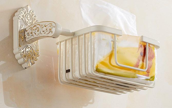 Starožitný prepracovaný držiak na toaletný papier v bielej farbe. 2 670x420 - Starožitný prepracovaný držiak na toaletný papier v bielej farbe