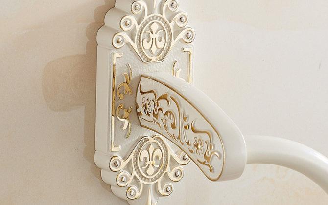 Starožitný prepracovaný držiak na uterák v bielej farbe  670x420 - Starožitný prepracovaný držiak na uterák v bielej farbe