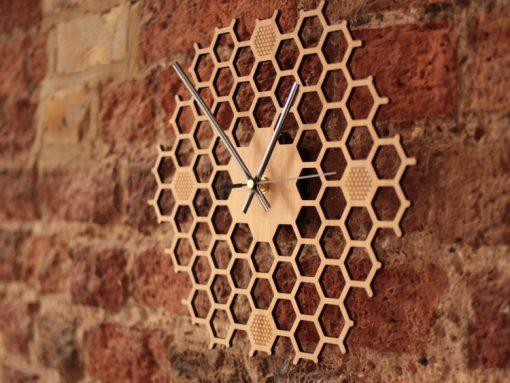 Jedinečné drevené nástenné hodiny v tvare medu