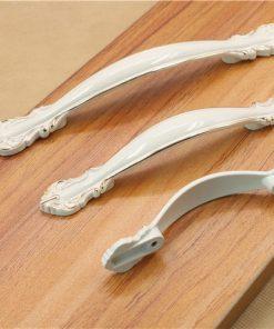 Biela retro kľučka pre nábytok, 64mm, kvalitne vyrobená na dotvorenie Vášho nábytku alebo drevených doplnkov