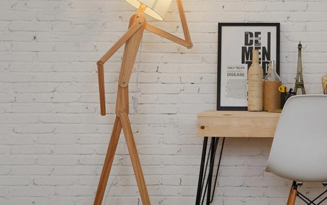 Kreatívne drevené stojacie svietidlo polohovateľné 160cm prírodné drevo. Drevená dekoračná stojacia a podlahová lampa v tvare človeka. 670x420 - Kreatívne drevené podlahové svietidlo, polohovateľné, 160cm, prírodné drevo