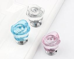 Sklenený úchyt na dvierka alebo zásuvku v tvare ruže vo farbách (1)