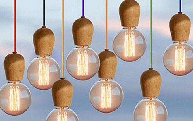Závesné svietidlo je luxusný a zároveň moderný typ stropného lustru vyrobený z kvalitného drev 670x420 - Závesné drevené svietidlo s textilným káblom v modrej farbe