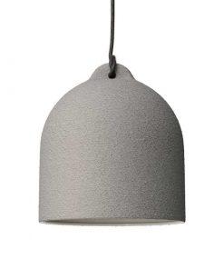 Urbanistické závesné svietidlo s keramickým tienidlom Bell M v cementovej farbe.