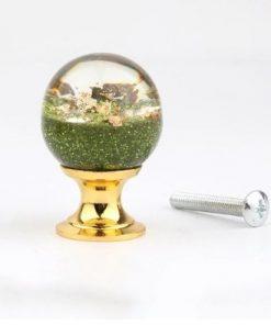 Úchytka na dvierka v tvare živicovej gule so zelenými kamienkami a kryštálmi, 25 mm